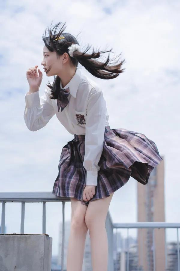 风儿好喧嚣啊,把小姐姐的石榴裙都吹翻了,差点曝光了