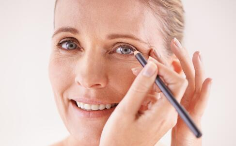 女生什么时候用眼霜最好 如何正确使用眼霜