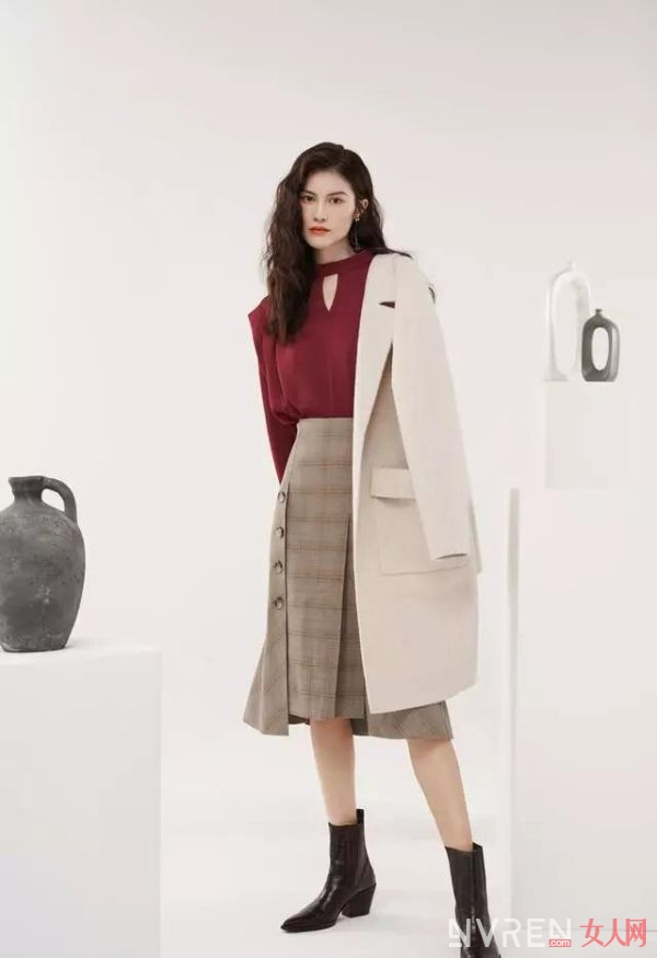何穗穿驼色大衣内搭奶油色毛衣+同色直筒裤,大气优雅显得很有钱