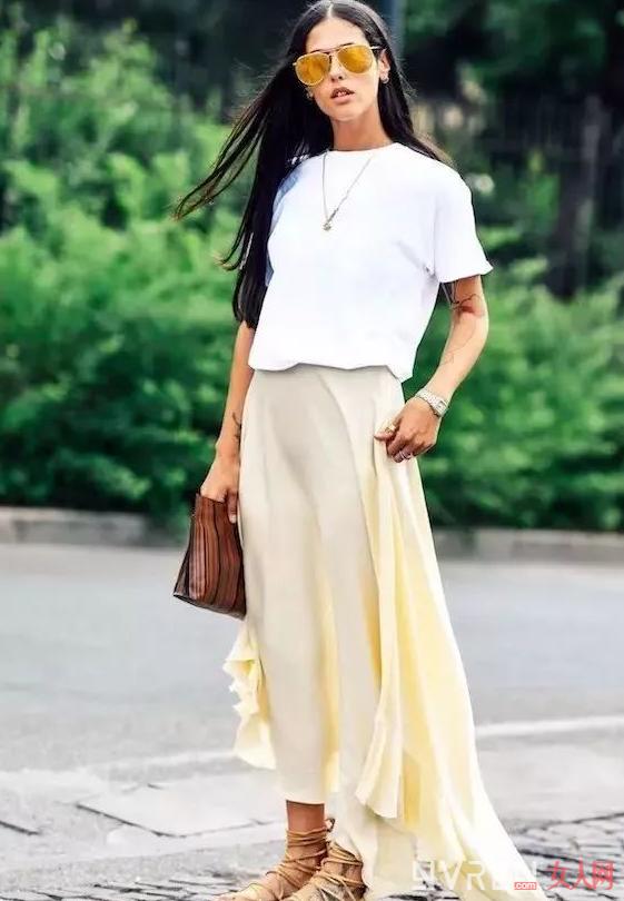 夏季白T恤搭配公式:它与这三种半裙能搭配出活力与知性美