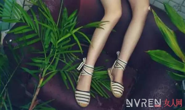 夏季穿上草编鞋来点缀造型既时尚清凉还很舒适