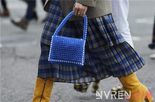 今年夏季最流行什么包包 清新反潮流的珠串小方包已成萌宠
