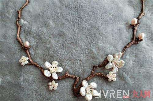 珍珠项链太老气 这样佩戴是藏不住的清新少女感
