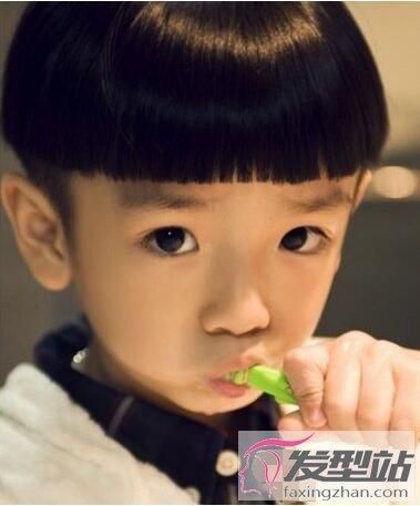 小男孩西瓜头发型 呆萌可爱做乖宝宝