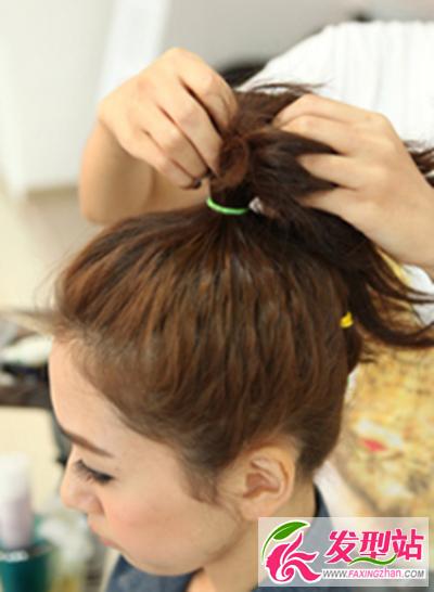 教你制作出一款美丽漂亮的丸子头发型