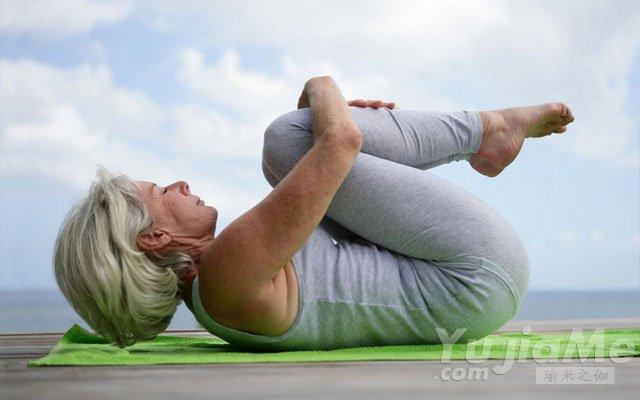 老人练瑜伽更长寿